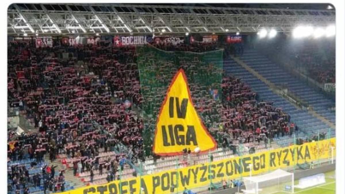 Kibice Wisły Kraków przestrzegają piłkarzy przed spadkiem