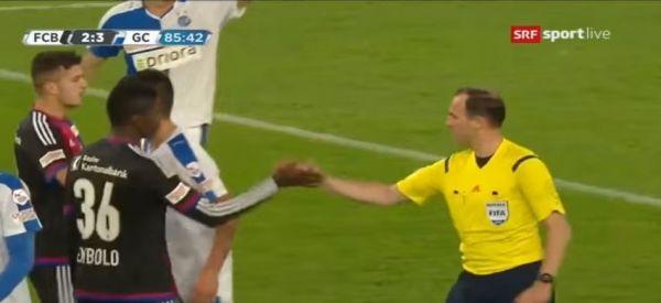 Niezwykły gest fair play Embolo [video]
