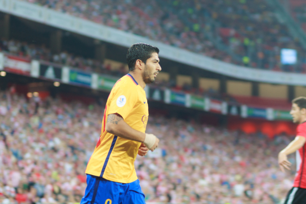 Barcelona rozbiła Sociedad, piękny gol Suareza [video]