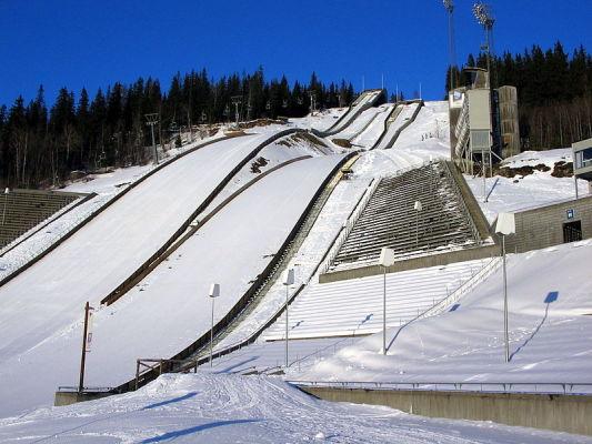 Śnieg też przeszkadza skoczkom narciarskim