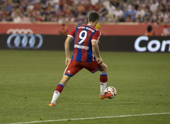 Bayern wygrywa, dwa gole Lewego [video]