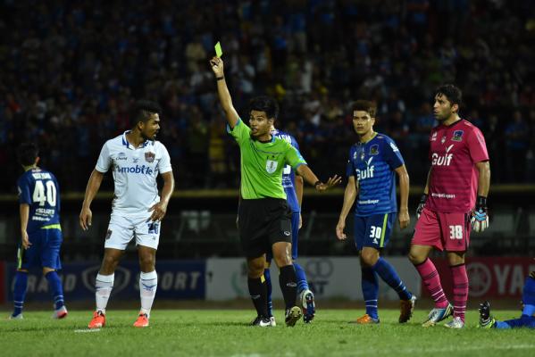 Piłkarze zobaczą zielone kartki