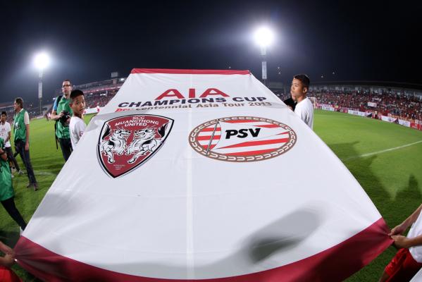 Niesamowity gol bramkarza odbiera punkty PSV [video]