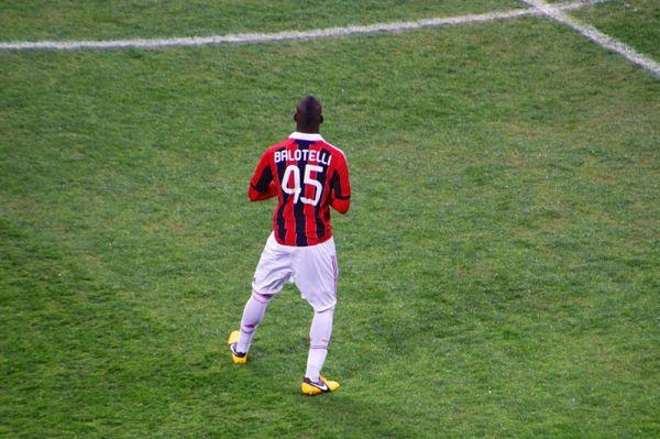 Milan wygrywa. Cudowny gol Balotellego [video]