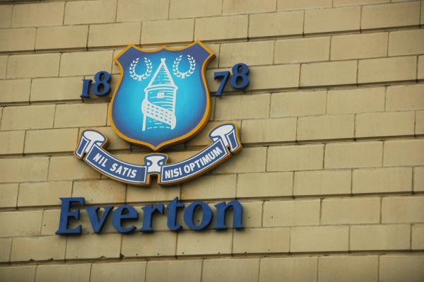 Młody pomocnik podpisał kontrakt z Evertonem