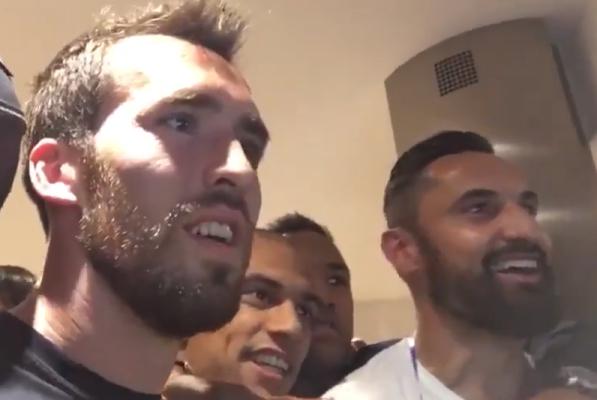 Szaleństwo! Piłkarze Leicester świętują mistrzostwo [VIDEO]