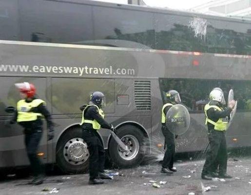 Fani West Ham zdemolowali autobus MU [VIDEO]