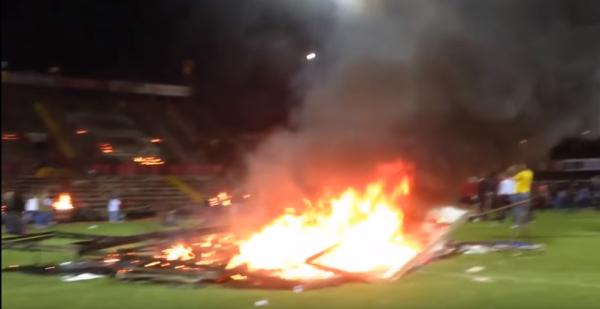 Kibice w Turcji po przegranej... podpalili stadion! [VIDEO]