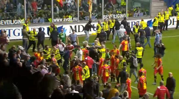 Chuligani zaatakowali piłkarzy po barażu o Eredivisie [VIDEO]