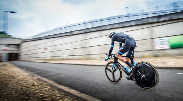 Niesamowite sceny w TdF. Kraksa, lider wyścigu traci rower i... biegnie do mety [VIDEO]
