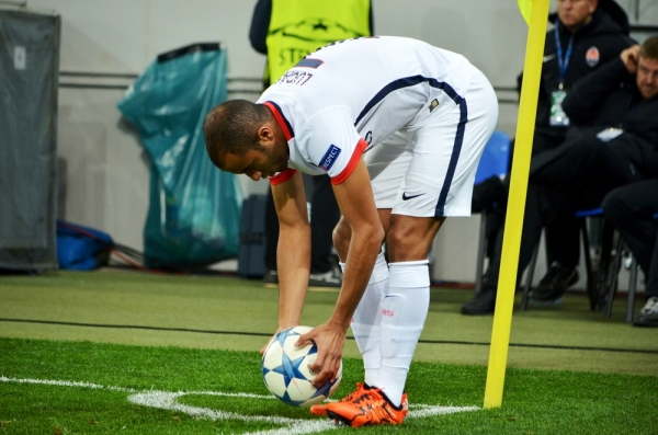 Skandal w meczu PSG: Lucas trafiony przez kibica [VIDEO]