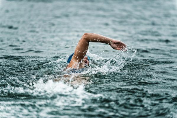 Francuska pływaczka straciła medal za... podtapianie rywalki [VIDEO]
