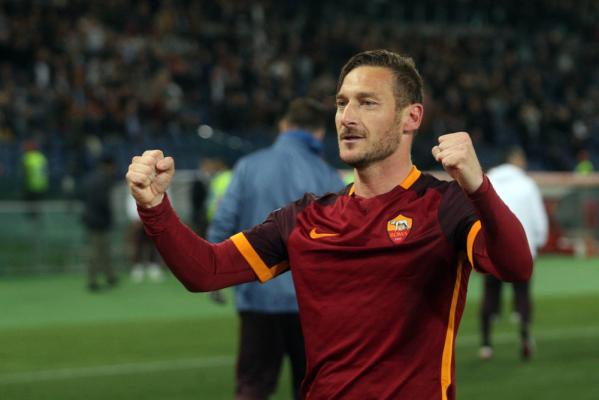 Szalony mecz w Rzymie! Ulewa, godzinna przerwa, a potem Totti daje wygraną [VIDEO]
