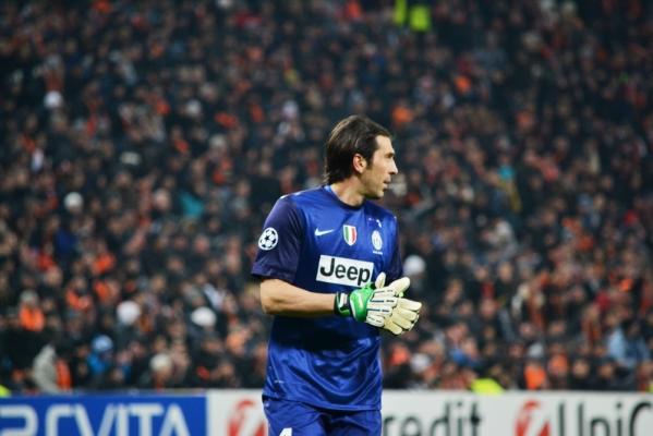 Osłabiony Juventus pokonał Lyon, Buffon obronił rzut karny