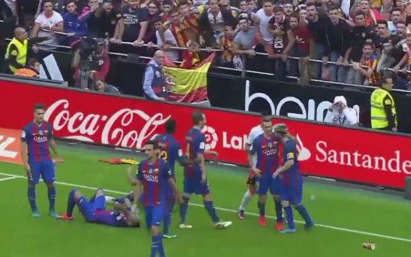 Kontrowersje pod koniec meczu Valencii z Barcą. Neymar trafiony butelką [VIDEO]