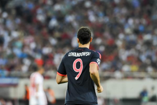 Świetny występ Lewandowskiego! Dwie bramki po zagraniach Robbena i asysta przy golu Holendra [VIDEO]