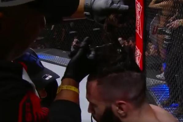 Kuriozalna sytuacja na gali UFC. Zawodnik... obcinał włosy podczas walki [VIDEO]