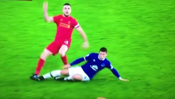 Bandycki atak w derbach Liverpoolu. Co zrobił sędzia?! [VIDEO]