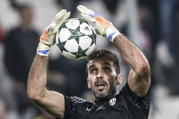 Udany początek Juventusu w Serie A. Szczęsny na ławce, a Buffon obronił rzut karny podyktowany dzięki VAR [VIDEO]