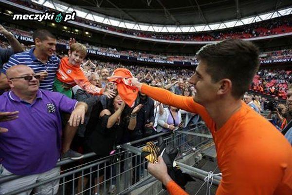 Thibaut Courtois wręczający swoją koszulkę małemu chłopcu po meczu Chelsea-Tottenham