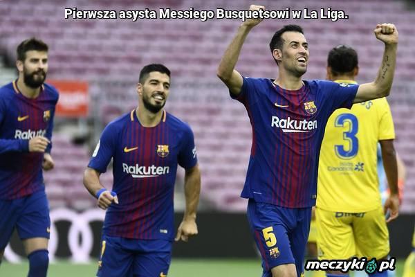 Messi asystując Busquetsowi