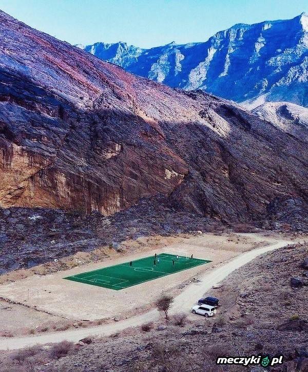 Piękne boisko w środku pustyni w Omanie
