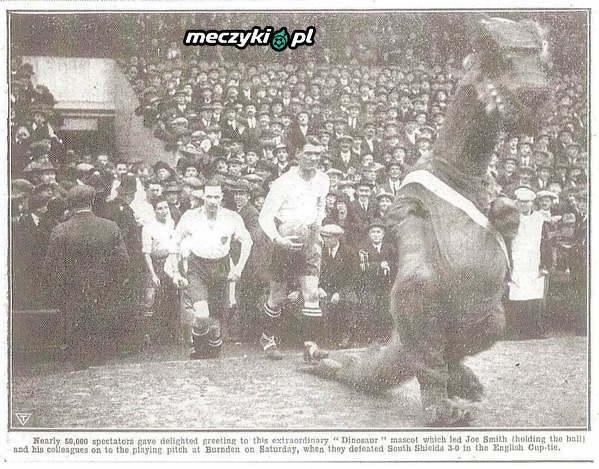 Dinozaur wyprowadza piłkarzy Bolton Wanderers, rok 1926.