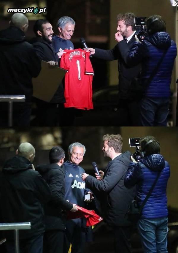 Mourinho dostał koszulkę United z nazwiskiem Conte