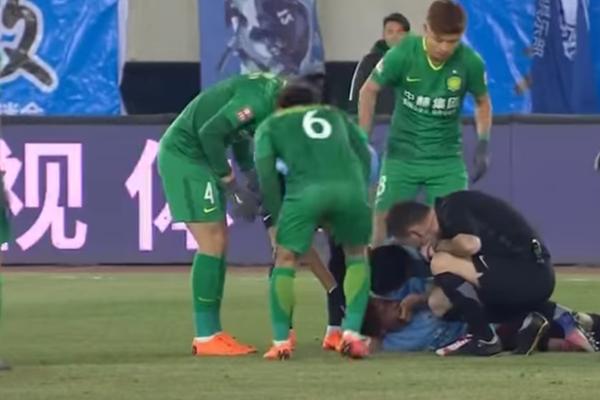 Dramatyczne zderzenie w lidze chińskiej. Carrasco uratował życie nieprzytomnemu Gaitanowi [VIDEO]