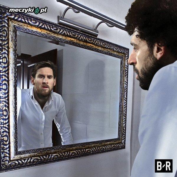 Mohamed Salah patrzący na swe odbicie w lustrze