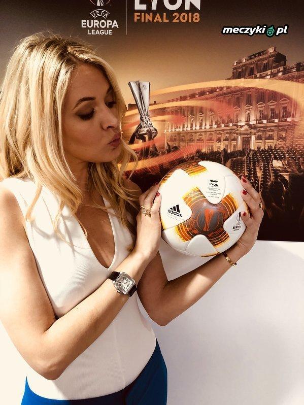 Taką piłką zagrają dzisiaj w Lyonie