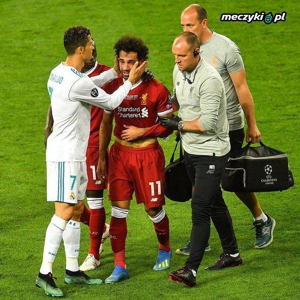 Ronaldo pocieszający Salaha