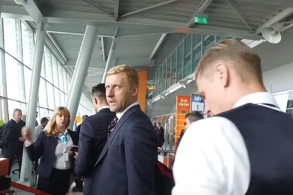 """Odlot polskiej kadry i żarty na lotnisku. """"Jak komuś puszczą zawory przed meczem, to jestem"""" [VIDEO]"""