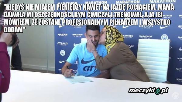 Mahrez podpisywał kontrakt w towarzystwie swojej mamy