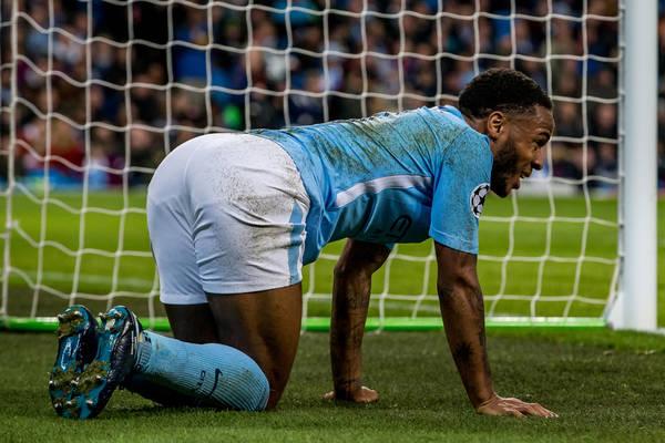 Cyrk w Manchesterze! Rzuty karny, bo Sterling potknął się o kępkę trawy! [WIDEO]