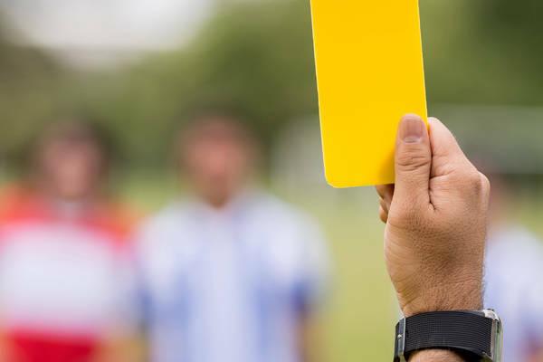 Jak skutecznie typować ilość żółtych kartek w meczu piłkarskim. Analiza pracy sędziów i stylu gry drużyny