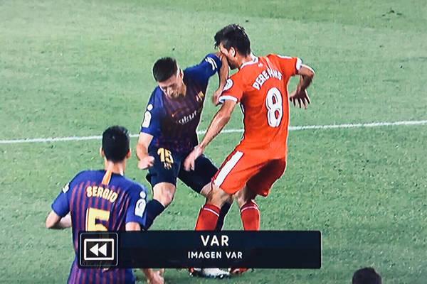 """Sędzia skrzywdził Barcelonę? Nawet piłkarz Girony ma wątpliwości. """"To pierwsza czerwona kartka, po której przepraszał faulowany"""""""