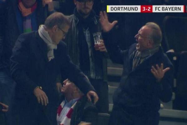 Nieprzyjemny incydent podczas hitu Bundesligi. Szefowie Bayernu zostali oblani piwem [WIDEO]