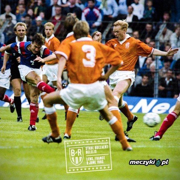Ronald Koeman i Didier Deschamps w meczu Francja - Holandia w 1992 roku