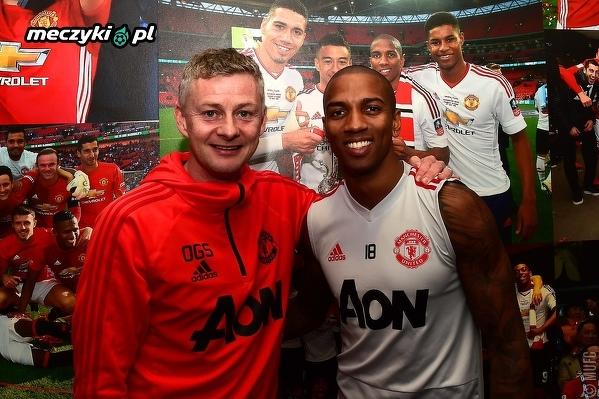 Ashley Young przedłużył umowę z Manchesterem United na kolejny rok