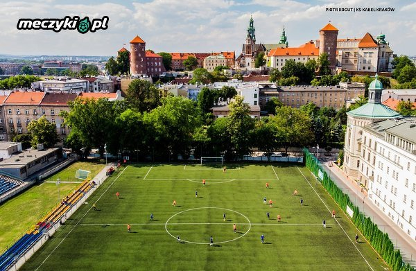 Piękne zdjęcie z Krakowa. Boisko na tle Wawelu