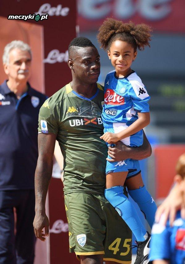 Przed dzisiejszym meczem Brescia z Napoli Mario Balotelli wyszedł ze swoją córką Pią, która mieszka w Neapolu, w koszuli Napoli