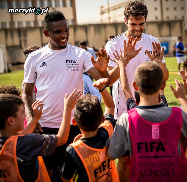 Kaka, Samuel Eto'o i inni grają w piłkę nożną z dziećmi w Libanie w ramach FIFA Football for Schools