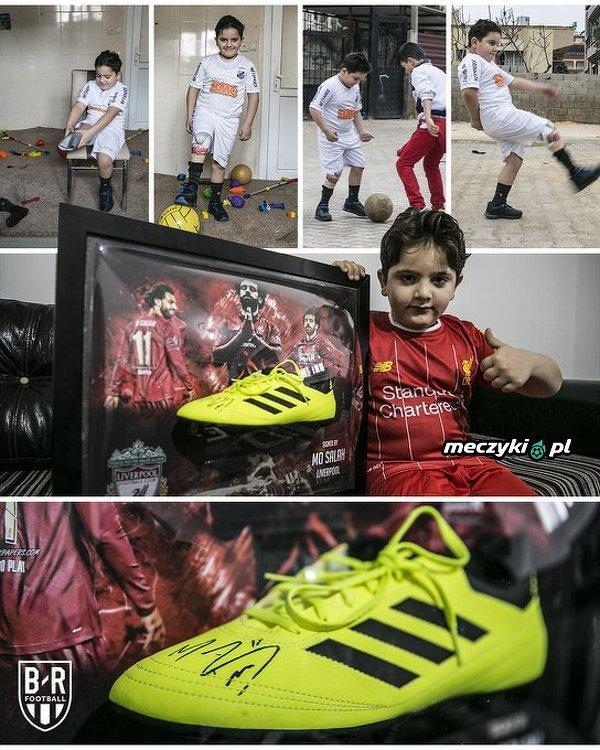 8-letni Hamis al Gacir stracił część nogi podczas ataku bombowego w Syrii, ale nadal uwielbia grać w piłkę nożną