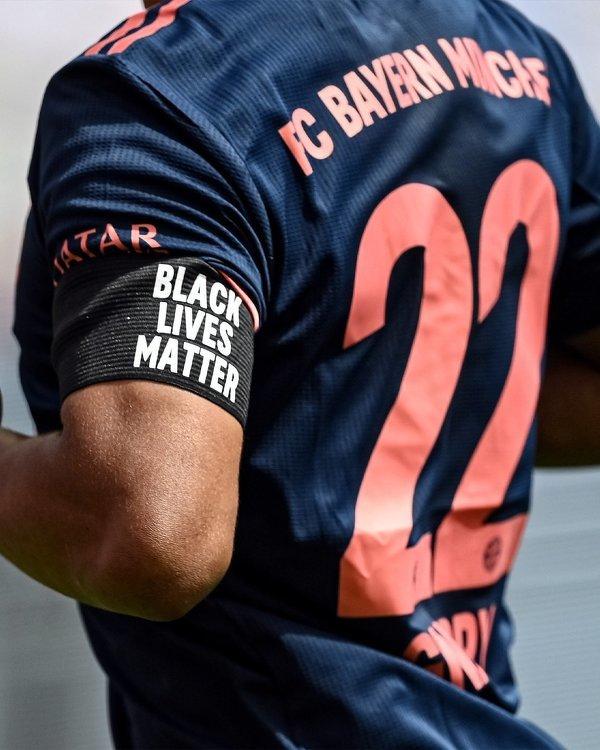 "Bayern dzisiaj z opaskami ""Black lives matter"""