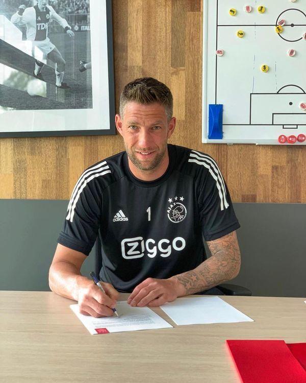 Maarten Stekelenburg podpisał dziś kontrakt z Ajaxem Amsterdam