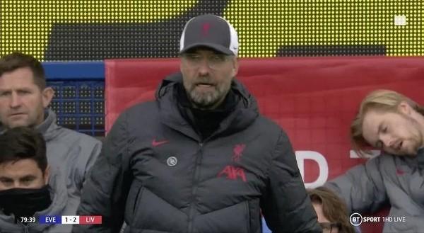 Caoimhín Kelleher rezerwowy bramkarz Liverpoolu uciął sobie drzemkę w trakcie meczu