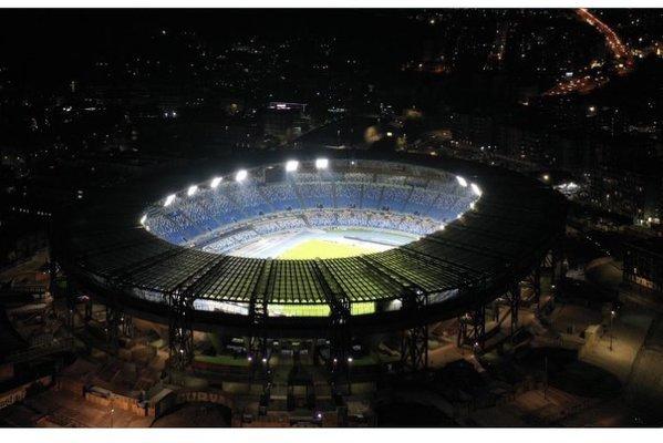 Stadion Napoli został dziś specjalnie podświetlony na cześć Diego