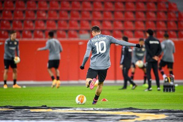 Alario na treningu przed meczem Bayeru z nazwiskiem Maradony na koszulce