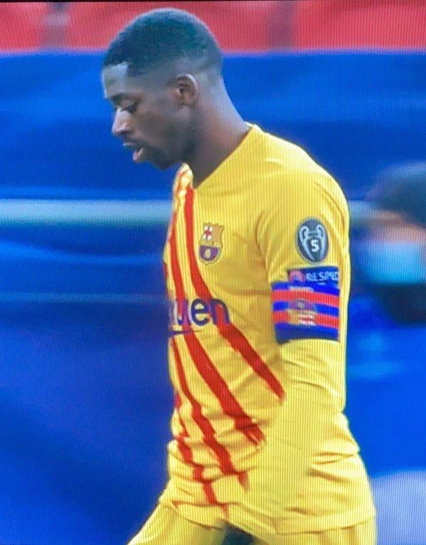 Ousmane Dembele gra dzisiaj z opaską kapitana, którą założył... odwrotnie